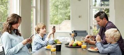 Kako na decu utiču roditelji koji po ceo dan zure u ekrane?