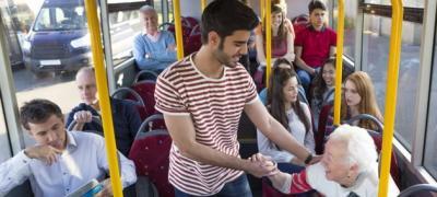 Zašto ne bi trebalo da ustajete starijima u autobusu?