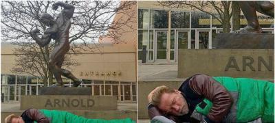 Ništa ne traje večno: Arnold Švarceneger spava u vreći pored svoje bronzane statue